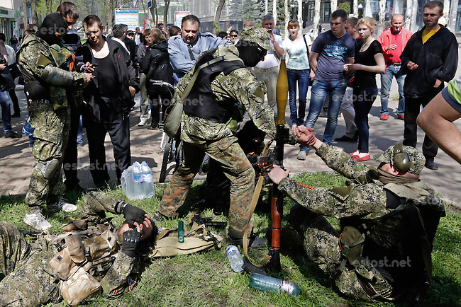UKRAINE, 03.05.2014, Kramatorsk. Die Stadt wird von pro-russischen Separatisten kontrolliert: Kaempfer mit RPG-7 Panzerfaust. | The city is under control of pro-Russian separatists: Fighters with RPG-7 anti-tank rocket launcher.<br /> &copy; Konstantin Chernichkin/EST&amp;OST