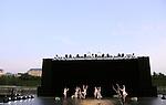 Blanche Neige.Pièce pour 26 danseurs.Chorégraphie : Angelin Preljocaj..Musique : Gustav Mahler - Costumes : Jean-Paul Gaultier - Décors : Thierry Leproust - Vidéo : Gilles Papain - Assistant, adjoint à la direction artistique : Youri Van den Bosch - Assistante répétitrice : Claudia De Smet - Choréologue : Dany Lévêque..Parc du Chateau de Versailles.Bassin Neptune.le 29 Juin 2009..Copyright Laurent Paillier / photosdedanse.com .All rights reserved