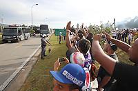 FOTO EMBARGADA PARA VEICULOS INTERNACIONAIS. GUARULHOS,  SP, 18-12-2012, DESEMBARQUE CORINTHIANS. Torcedores do Corinthians aguardam o desembarque do time na manha dessa Terca-feira (18). Um esquema especial foi montado para que a saida dos jogadores aconteca pela Base Aerea, na foto o onibus que traz a delegacao corinthiana com o capitao Alessandro segurando a Taca do Mundial.  Luiz Guarnieri/ Brazil Photo Press.
