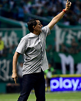 PALMIRA - COLOMBIA, 20-11-2019: Alexandre Guimaraes técnico de America gesticula durante el partido entre Deportivo Cali y América de Cali como parte de la Liga Águila II 2019 jugado en el estadio Deportivo Cali de la ciudad de Palmira. / Alexandre Guimaraes coach of America gestures during match between Deportivo Cali and America de Cali for the date 4, quadrangulars semifinals, as part of Aguila League II 2019 played at Deportivo Cali stadium in Palmira city. Photo: VizzorImage / Nelson Rios / Cont