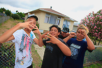 Ruatoria/ Teenagers imitate, without really being convincing, American rappers whom they watch on satellite TV. The new generation is the Maoris' hope. The Maori Party, formed in July 2004, has today 4 seats out of 122 in the New Zealand parliament. Its presence in the center of the political scene makes it a necessary ally for the two big conservative and workers' parties. 22% of the population is of Maori origin