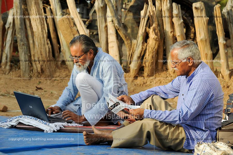 INDIA Chhattisgarh, Prof. Anil Gupta and NGO SRISTI discover on the walking tour Shodh Yatra local knowledge and inventions in the tribal villages of Bastar / INDIEN Chhattisgarh , Prof. Anil Gupta und sein Team der NGO SRISTI erforschen lokales Wissen, Biodiversitaet und Erfindungen der lokalen Bevoelkerung auf der Shodh Yatra einer Wandertour durch Doerfer in der Bastar Region