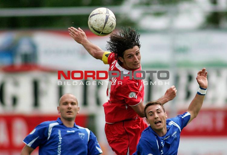 RLN 2006/2007 - 35.Spieltag RŁckrunde <br /> <br /> Kickers Emden - FC Rot-WeiŖ Erfurt<br /> <br /> Kopfball Ronny Hebestreit - rechts: Stephan Nachtigall, links: Rudolf Zedi (Kickers)<br /> <br /> <br /> <br /> Foto &copy; nordphoto *** Local Caption *** Foto ist honorarpflichtig! zzgl. gesetzl. MwSt.<br /> <br /> <br /> <br /> Belegexemplar erforderlich