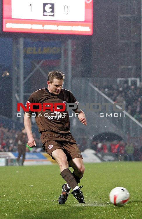 2.Liga FBL 2007/2008  25. Spieltag Rueckrunde<br /> FC St.Pauli &ndash; vs. VFL Osnabrueck 2:1<br /> <br /> Torschuetze des 1:0 f&uuml;r St.Pauli Carsten Rothenbach (Nr.24). Im Hintergrund die neue Anzeigetafel mit 1:0 Zwischenstand.<br /> <br /> <br /> <br /> Foto &copy; nph (nordphoto)<br /> <br /> *** Local Caption ***