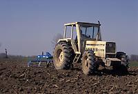 Calvatone, Cremona, IRIS Bio - cooperativa per l'agricoltura biologica. Lavori agricoli, aratura.<br /> Calvatone, Cremona, IRIS Bio - cooperative for organic farming. Agricultural work, plowing