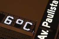 SAO PAULO, SP, 24/07/2013, FRIO SAO PAULO. O termometro que fica no alto do Conjunto Nacional na Av Paulista, marcava de 6 a 7  graus na madrugada dessa quarta-feira (24). LUIZ GUARNIERI/BRAZIL PHOTO PRESS.