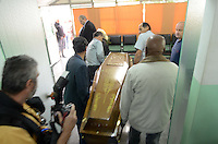 SAO PAULO, SP, 04 DE MAIO DE 2012 -O corpo do cantor Tinoco chega no cemiterio da Quarta Parada na Av Salim Farah Maluf.Onde vai ser velado e enterrado na tarde de hoje. (FOTO: ADRIANO LIMA - BRAZIL PHOTO PRESS)