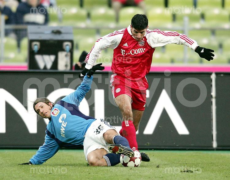 Fussball 1. Bundesliga Saison 2004/2005 20. Spieltag FC Bayern Muenchen 2-0 Bayer 04 Leverkusen Diego Placente (Leverkusen li) gegen Roy Makaay (FCB)