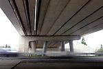 EVERDINGEN - Tussen Everdingen en Culemborg is op de snelweg A2 een bijzonder viaduct ingebruik genomen, waterkering Diefdijk. Het kunstwerk kan bij overstromingen van de Nederrijn/Lek en de Waal functioneren als dijk door het laten zakken van betonnen balken die in de overspanning zijn opgenomen. Van onder het viaduct zijn de balken te zien die in geval van nood door kranen opgestapeld op het wegdek worden gelegd om het stijgende water tegen te houden. Dankzij vernieuwing en verbreding van deze kering is dit traject langs de A2 verdwenen uit de file top 10 van Nederland. COPYRIGHT TON BORSBOOM