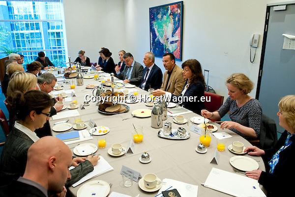 Bruessel - Belgien, 10. Mai 2012; .Parlamentarisches Fruehstueck 'Twinning Excellence' im Europaeischen Parlament mit u.a. Prof. Dr. Peter GRUSS, (re-mi) Praesident der Max-Planck-Gesellschaft; MdEP Herbert REUL, (re-li)(CDU - EVP) Mitglied im ITRE, EP-Ausschuss Industrie, Forschung und Energie; MdEP Norbert GLANTE, (re-re)(SPD - S&D) Mitglied im ITRE, EP-Ausschuss Industrie, Forschung und Energie; Photo: © HorstWagner.eu