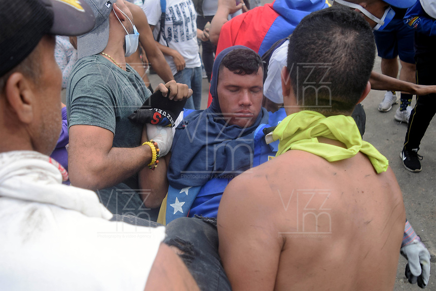 CÚCUTA - COLOMBIA, 23-02-2019: Un manifestante lesionado recibe ayuda de otros después de enfrentarse con las fuerzas de seguridad de Venezuela. En la ciudad de Cúcuta, en el puente Simón Bolívar en la frontera entre Colombia y Venezuela. / An injured demonstrator receives help from others after confronting Venezuelan security forces. In the city of Cúcuta, on the Simón Bolívar bridge on the border between Colombia and Venezuela. Photo: VizzorImage / Manuel Hernández / Cont.