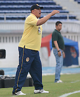 BARRANQUIILLA -COLOMBIA-05-06-2013. Calixto Chiquillo técnico de Uniautónoma gesticula durante el encuentro con Deportivo Pasto por la fecha 12 de la Liga Postobón II 2014 jugado en el estadio Metropolitano de la ciudad de Barranquilla./ Calixto Chiquillo coach of Uniautónoma gestures during the match against Deportivo Pasto for the 12th date of the Postobon League II 2014 played at Metropolitano stadium in Barranquilla city.  Photo: VizzorImage/Alfonso Cervantes/STR