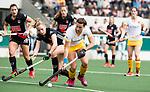 AMSTELVEEN - Hockey - Hoofdklasse competitie dames. AMSTERDAM-DEN BOSCH (3-1) Frederique Matla (Den Bosch)   met links Jacky Schoenaker (A'dam) .    COPYRIGHT KOEN SUYK