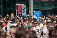 """Hanfparade 2014 in Berlin.<br /> Bis zu 6.000 Menschen nahmen am Samstag den 9. August 2014 an der jaehrlichen Hanfparade teil. Sie forderten die Legalisierung von Hanf als Rauschmittel und als Medizin sowie die Beendigung der Kriminalisierung der Droge Canabis.<br /> Im Bild: Mitglieder der FDP-Jugendorganisation Junge Liberale (Julis) mit Schildern """"Yes we Canabis"""" und """"Freiheit fuer Marie und Jana"""", eine Anspielung auf Marijuana.<br /> 9.8.2014, Berlin<br /> Copyright: Christian-Ditsch.de<br /> [Inhaltsveraendernde Manipulation des Fotos nur nach ausdruecklicher Genehmigung des Fotografen. Vereinbarungen ueber Abtretung von Persoenlichkeitsrechten/Model Release der abgebildeten Person/Personen liegen nicht vor. NO MODEL RELEASE! Don't publish without copyright Christian-Ditsch.de, Veroeffentlichung nur mit Fotografennennung, sowie gegen Honorar, MwSt. und Beleg. Konto: I N G - D i B a, IBAN DE58500105175400192269, BIC INGDDEFFXXX, Kontakt: post@christian-ditsch.de<br /> Urhebervermerk wird gemaess Paragraph 13 UHG verlangt.]"""
