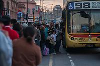 BUENOS AIRES, ARG, 03.07.2013 - TRANSPORTE PUBLICO BUENOS AIRES - Passageiros tentam chegar em casa à estação de trem Plaza Constitucion depois que os trabalhadores do trem declarou uma greve surpresa. Os trabalhadores exigem o pagamento de um bônus, enquanto o governo afirma que foi devido a ser pago amanhã, e denunciam que a verdadeira motivação é a negativa dos trabalhadores para a instalação de câmeras na cabine do maquinista, na cidade de Buenos Aires, capital da Argentina, nesta quarta-feira, 03. (Foto: Patricio Murphy / Brazil Photo Press).