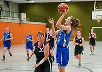 Anika Faßnacht (TV Gross-Gerau 2) wirft gegen Spielertrainerin Claudia Konrad (Wallerstädten) - Wallerstädten 03.11.2019: SKG Wallerstädten vs. TV Groß-Gerau 2, Bezirksliga Darmstadt