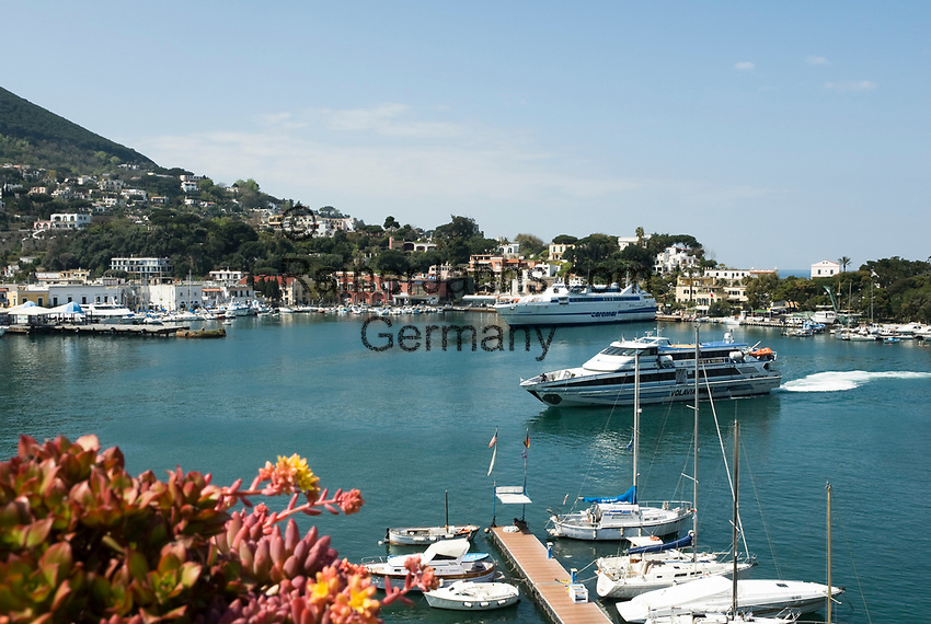 ITA, Italien, Kampanien, Ischia, vulkanische Insel im Golf von Neapel, Ischia Porto: Haupthafen der Insel, Personenfaehre beim Einlaufen    ITA, Italy, Campania, Ischia, volcanic island at the Gulf of Naples, Ischia Porto: main port, speedboat, ferry arriving