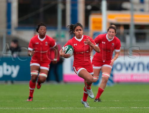 23.11.2016. Donnybrook Stadium, Dublin, Ireland. November Series. Canada women versus New Zealand women.<br /> Magali Harvey (Canada) breaks clear. New Zealand won the match by a score of 20-10.