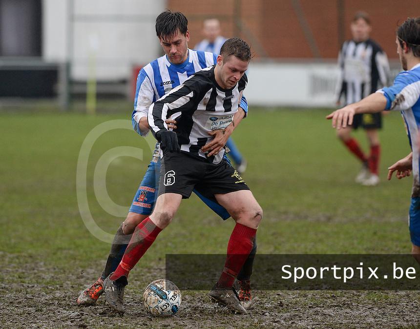 Club Roeselare - WS Oudenburg : Simon Vanthuyne (6) aan de bal voor Frederik Demeyere (links) <br /> Foto VDB / Bart Vandenbroucke
