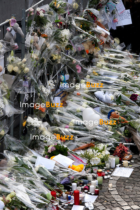 Environ 800 personnes se sont rassemblées samedi au cours d?une « marche blanche » en hommage aux victimes de la tuerie de Liège. Parfois habillés de blanc mais le plus souvent arborant une simple rose blanche..17/12/2011.Pic ; Place Saint Lambert, les lieux du drame...............