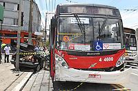 SAO PAULO, SP, 02 DEZEMBRO 2012 - ACIDENTE AV CELSO GARCIA - Grave acidente na Av. Celso Garcia altura do nº 1200 no bairro do Belem. Um onibus colidiu contra um veiculo, que foi lançado contra um poste. As duas pessoas que estavam no Kadett ficaram presas as ferragens, varias viaturas dos bombeiros atenderam a ocorrencia, as vitimas foram socorridas a hospital da regiao.  (FOTO: LUIZ GUARNIERI / BRAZIL PHOTO PRESS).