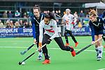AMSTELVEEN - Yasmin Geerlings (A'dam) met Judith Pel (Pin) en Cecile Knuvers (Pin)   tijdens de hoofdklasse competitiewedstrijd dames, Pinoke-Amsterdam (3-4). COPYRIGHT KOEN SUYK