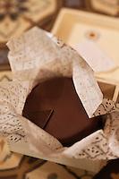 Europe/Autriche/Niederösterreich/Vienne: Café traditionnel viennois: Demel, qui héberge aussi une pâtisserie - Sachertorte : célèbre gâteau viennois au chocolat et à la confiture d'abricots, inventé par Frank Sacher
