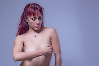 #TocandoPrevengo<br /> <br /> La core&oacute;grafa, profesora y bailarina de danza contempor&aacute;nea, Claudia Herrera, se une a los esfuerzos sobre la difusi&oacute;n del tema de la lucha contra el c&aacute;ncer. <br /> <br /> El D&iacute;a Internacional de la lucha contra el C&aacute;ncer de Mama se celebra el 19 de octubre, y tiene como objetivo sensibilizar a la poblaci&oacute;n general acerca de la importancia que esta enfermedad tiene en el mundo actual. <br /> <br /> Los principales factores de riesgo de contraer c&aacute;ncer de mama incluyen una edad avanzada, la primera menstruaci&oacute;n a temprana edad, edad avanzada en el momento del primer parto o nunca haber dado a luz, antecedentes familiares de c&aacute;ncer de mama, el hecho de consumir hormonas tales como estr&oacute;geno y progesterona, consumir licor y ser de raza blanca. <br /> <br /> Entre 5 a 10 % de los casos, el c&aacute;ncer de mama es causado por mutaciones gen&eacute;ticas heredadas.  <br /> <br /> Desde Obture recomendamos la autoexploraci&oacute;n para prevenir el c&aacute;ncer de seno. <br /> <br /> Los autoex&aacute;menes de senos mensualmente se recomiendan desde los 20 a&ntilde;os en adelante y de preferencia luego de la menstruaci&oacute;n. Para el autoex&aacute;men se inicia con la mano izquierda palpa la el seno derecho y viceversa buscando masas, depresiones y en general cualquier anormalidad.  El c&aacute;ncer de mama afecta a una de cada ocho mujeres durante sus vidas. <br /> <br /> Entre los factores de riesgo que no se pueden modificar incluyen: La Edad: las probabilidades de tener un c&aacute;ncer de mama aumentan a medida que una mujer envejece, los Genes: las mujeres que tienen antecedentes familiares de c&aacute;ncer de mama o de ovario deben realizarse pruebas peri&oacute;dicas, y finalmente los factores personales: primera menstruaci&oacute;n antes de los 12 a&ntilde;os o menopausia despu&eacute;s de los 55. Otros factores de riesgo son sobrepeso, terapias de reemp