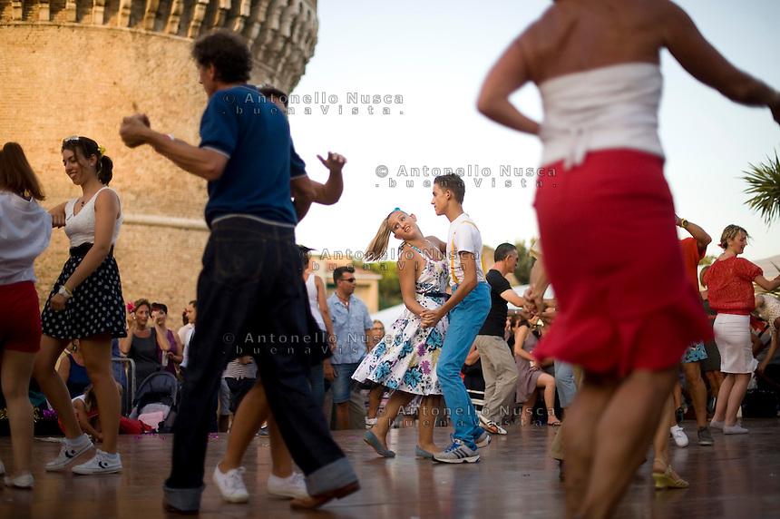 Senigallia, Agosto 2013. Ballerini di Rock 'n Roll ballano davanti la Rocca di Senigallia