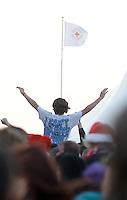 Das Festival With Full Force geht in die 18. Runde. 60 Bands aus der Hardcore-, Punk- und Metallszene haben sich auf dem haertesten Acker Deutschlands nahe Roitzschjora versammelt. Dazu gesellen sich nach Angaben der Veranstalter Sven Borges, Mike Schorler und Roland Ritter fast 30000 Besucher aus aller Welt. Drei Tage lassen die Bands ihre stromgestaehlten Gitarren gluehen und pusten per Mega-Boxenwand das Gras von der Landebahn des Sportflugplatzes. im Bild:  Crowdsurfing: Der schnellste Weg, um von A nach B zu kommen. Auch zu den Sanitaetern. Foto: Alexander Bley
