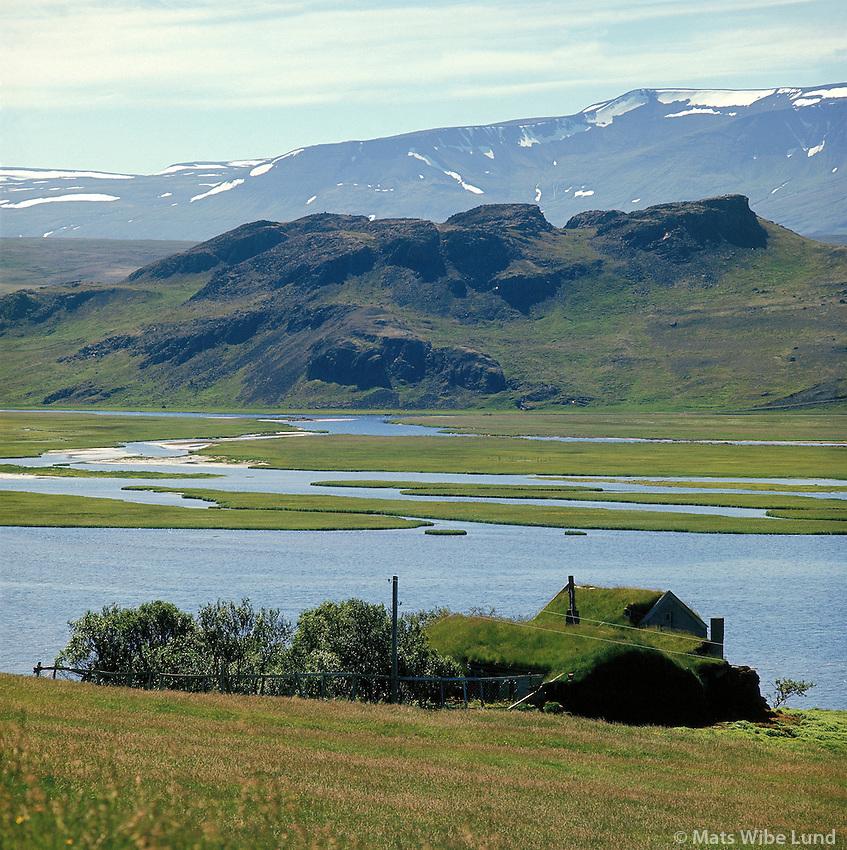 Másstaðir, eyðibýli, séð til suðsuðvesturs, Flóðið og Hnjúkur, Vatnsdalur. Húnavatnshreppur áður  Sveinsstaðahreppur. Víðidalsfjall i bakgrunni /  Masstadir, deserted farm viewing southsouthwest over the river Flodid across to the cliffs Hnjukur in Vatnsdalur. Hunavatnshreppur former Sveinsstadahreppur