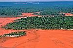 Lago da Batata poluído e assoreado pela extração da bauxita. Pará. 1988. Foto de Cynthia Brito.