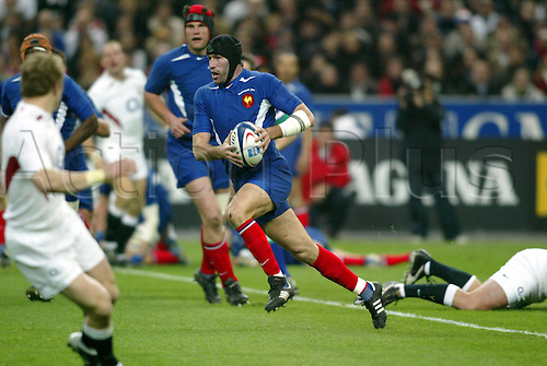 27 March 2004: French flanker OLIVIER MAGNE runs with the ball during the RBS Six Nations Championship game against England. France won the game 24 points to 21 at the Stade De France, Paris Photo: Glyn Kirk/action plus...rugby union player 040327  headguard