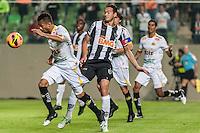BELO HORIZONTE, MG, 07 JUNHO 2013 - CAMPEONATO BRASILEIRO - ATLÉTICO MG X CRICIUMA - jogadores do Criciuna e do Atlético Mineiro durante disputam a bola em jogo válido pela06º rodada doCampeonato brasileiro 2013, no estádio Independencia em Belo Horizonte, na tarde deste Domingo, 07. (FOTO: NEREU JR / BRAZIL PHOTO PRESS).