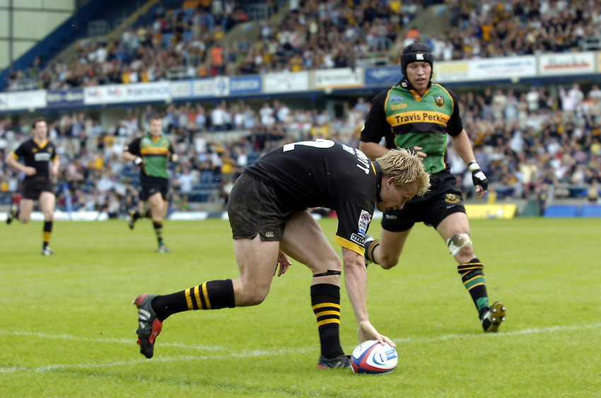 Photo: Richard Lane..London Wasps v Northampton Saints. Zurich Premiership. 16/05/2004..Stuart Abbott touches down for a try.