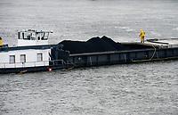 GERMANY, Hamburg, coal tranport by river ship on river Elbe / DEUTSCHLAND, Hamburg, Importkohle Transport vom Kohlehafen Hansaport zum Kohlekraftwerk mit Flussschiff auf der Elbe