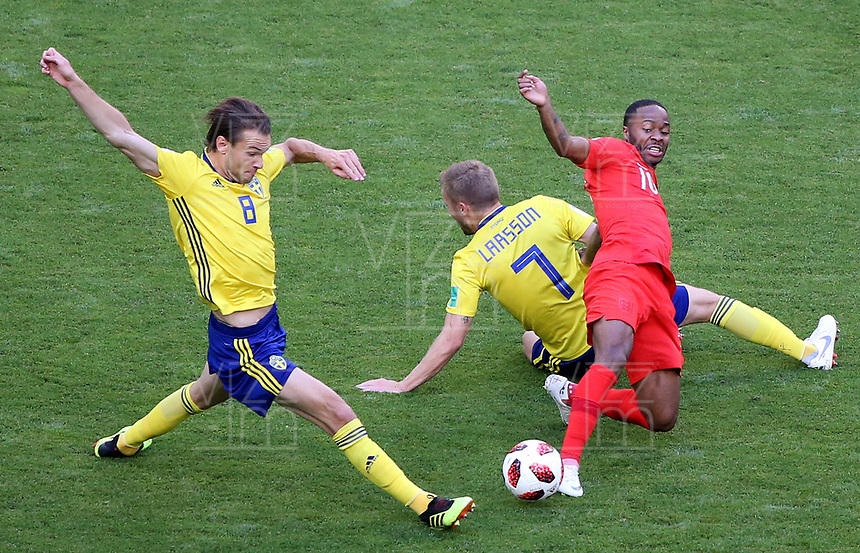 SAMARA - RUSIA, 07-07-2018: Albin EKDAL (Izq) y Sebastian LARSSON (C) jugadores de Suecia disputan el balón con Raheem STERLING (Der) jugador de Inglaterra durante partido de cuartos de final por la Copa Mundial de la FIFA Rusia 2018 jugado en el estadio Samara Arena en Samara, Rusia. / Albin EKDAL (L) and Sebastian LARSSON (C) players of Sweden fight the ball with Raheem STERLING (R) player of England during match of quarter final for the FIFA World Cup Russia 2018 played at Samara Arena stadium in Samara, Russia. Photo: VizzorImage / Julian Medina / Cont