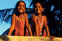 INDIA Karnataka, twin sisters at farm / INDIEN, Karnataka, Taccode, Zwillinge, Maedchen auf einem Bauernhof bei Mangalore
