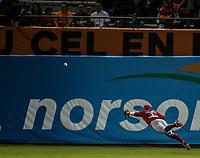 Alejandro Flores de los mayos no puede atraer un elevado en una jugada en el jardín central, durante juego de beisbol de la Liga Mexicana del Pacifico temporada 2017 2018. Tercer juego de la serie de playoffs entre Mayos de Navojoa vs Naranjeros. 04Enero2018. (Foto: Luis Gutierrez /NortePhoto.com)