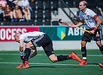 AMSTELVEEN - Justin Reid-Ross (Adam) met Billy Bakker (Adam)  tijdens  de hoofdklasse competitiewedstrijd hockey heren,  Amsterdam-SCHC (3-1).  COPYRIGHT KOEN SUYK