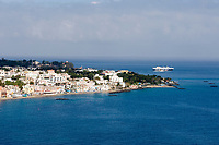 ITA, Italien, Kampanien, Ischia, vulkanische Insel im Golf von Neapel, Ischia Porto: Blick ueber Stadt und Strand zur Vorsaison, Faehre auf dem Weg nach Neapel | ITA, Italy, Campania, Ischia, volcanic island at the Gulf of Naples, Ischia Porto: view across town and beach at off season, ferry departing for Naples