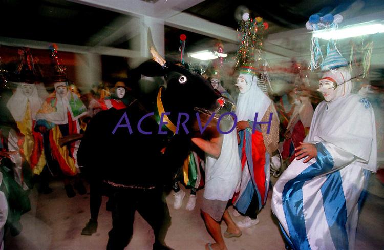 Boi e Pierrots do grupo boi Tinga saem dançando pelas ruas da cidade a noite, quando encontram outro grupo encenam uma rivalidade entre os bois. A festa que parece mistura de boi bumbá e cordão de pássaros é conhecida como Boi de Máscaras. São Caetano de Odivelas - Pará- Brasil<br />24 a 27/06/2000.<br />©Foto: Paulo Santos/ Interfoto<br />Negativo Cor 135 Nº 7528 T4 F10