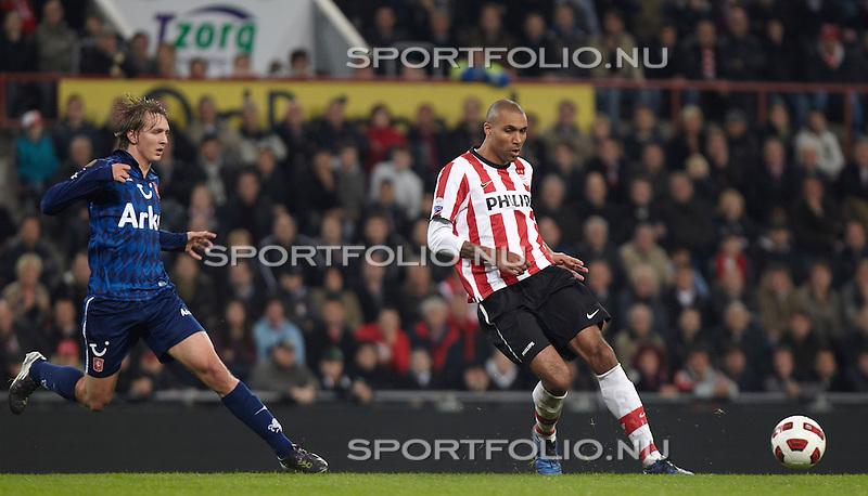 Nederland, Eindhoven, 30 oktober 2010 .Eredivisie .Seizoen 2010-2011 .PSV-FC Twente (0-1) .Orlando Engelaar (r) van PSV in actie met bal. Links Luuk de Jong van FC Twente..