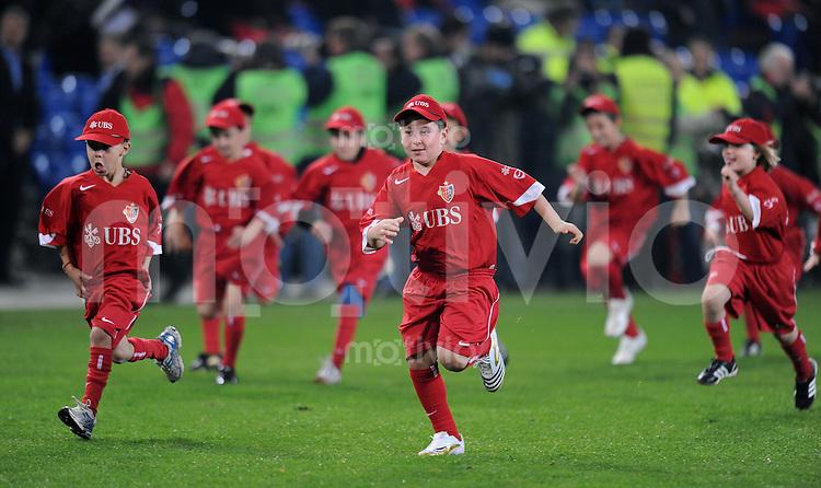 Fussball Schweizer Cup   2009/2010  20.11.2009 FC Basel - FC  Zuerich   UBS-Escort-Kids rennen vom Spielfeld