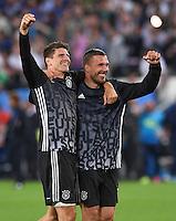 FUSSBALL EURO 2016 VIERTELFINALE IN BORDEAUX Deutschland - Italien      02.07.2016 Mario Gomez (li) und Lukas Podolski (re, beide Deutschland) jubeln nach Spielende