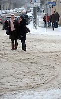 Nach ergiebigem Schneefall in den letzten Tagen sind die Leipziger Starßen noch  immer voll von Schnee. Die Beräumung dauert an. Beräumungszustand in Leipzig Schleußig - im Bild:   Könneritzstraße / Stieglitzstraße - in die Stieglitzstraße ist noch kein Schneepflug abgebogen - Fußgänger versinken im Schnee.   Foto: Norman Rembarz..Norman Rembarz , Autorennummer 41043728 , Holbeinstr. 14, 04229 Leipzig, Tel.: 01794887569, Hypovereinsbank: BLZ: 86020086, KN: 357889472, St.Nr.: 231/261/06432 - Jegliche kommerzielle Nutzung ist honorar- und mehrwertsteuerpflichtig! Persönlichkeitsrechte sind zu wahren. Es wird keine Haftung übernommen bei Verletzung von Rechten Dritter. Autoren-Nennung gem. §13 UrhGes. wird verlangt. Weitergabe an Dritte nur nach  vorheriger Absprache..