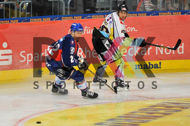 Mannheims Matthias Plachta (Nr.22) gegen Krefelds Francois Methot (Nr.40)  beim Spiel in der DEL, Adler Mannheim - Krefeld Pinguine.<br /> <br /> Foto &copy; Ice-Hockey-Picture-24 *** Foto ist honorarpflichtig! *** Auf Anfrage in hoeherer Qualitaet/Aufloesung. Belegexemplar erbeten. Veroeffentlichung ausschliesslich fuer journalistisch-publizistische Zwecke. For editorial use only.