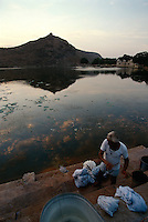 Indien, Bundi (Rajasthan), Wäscher am Jait Sagar (See)