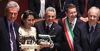 L'attivista birmana e vincitrice del Premio Nobel per la Pace del 1991 Aung San Suu Kyi riceve la cittadinanza onoraria di Roma durante una cerimonia col sindaco Ignazio Marino, secondo da destra, gli ex sindaci Francesco Rutelli, sinistra, e Walter Veltroni, destra, e l'ex calciatore Roberto Baggio, in Campidoglio, Roma, 27 ottobre 2013.<br /> Burmese opposition leader and Nobel Prize laureate Aung San Suu Kyi, center, attends a ceremony with Rome's Mayor Ignazio Marino, second from right, former Mayors Francesco Rutelli, left, and Walter Veltroni, right, and former football player Roberto Baggio, to receive the honorary citizenship at the Campidoglio city hall in Rome, 27 October 2013.<br /> UPDATE IMAGES PRESS/Isabella Bonotto