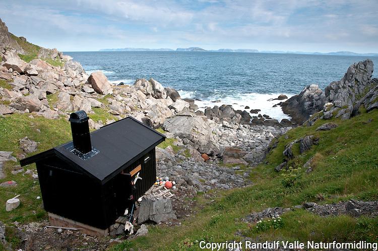 Tarhalshytta på Sørøya. --- Hut at Tarhalsen, Sørøya.